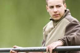 Jeune pêcheur qui pêche à l agrande canne