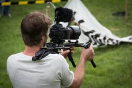 Cadreur lors d'un tournage pour film promotionnel de pêche